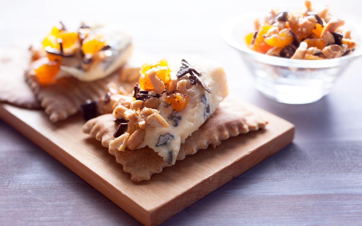 Käsebegleiter aus Schokolade, Aprikosen und Nüssen