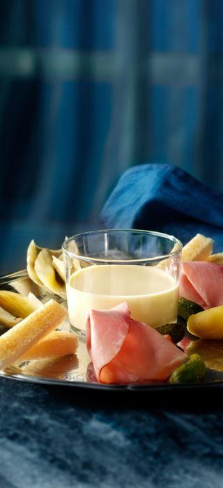Käsefondue mit Artischocken, Räucherschinken und Gewürzgurken
