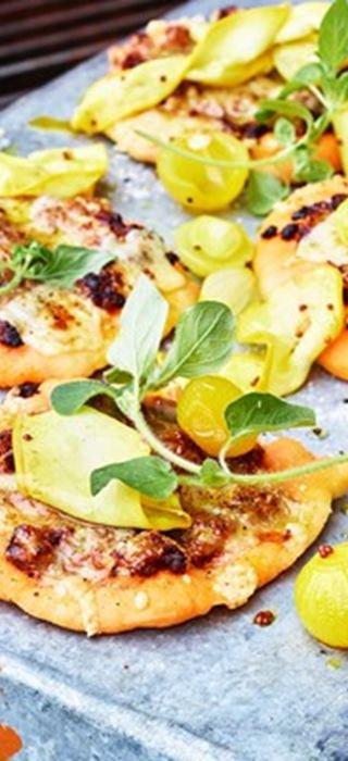 Lammpizza mit Cheddar, eingelegten Zwiebeln und Zucchini