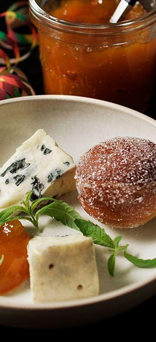 Minikrapfen mit Blauschimmelkäse und Marmelade