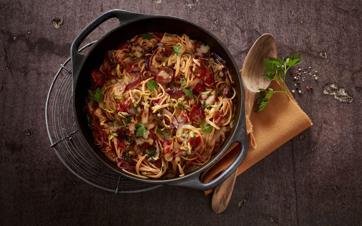 One-Pot-Pasta mit Zucchini und scharfer Wurst
