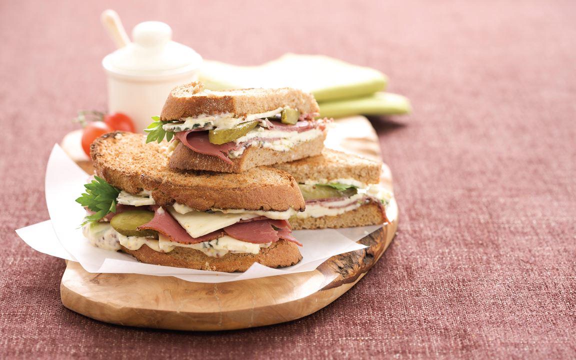 Pastrami Sandwich mit Blue Scheiben