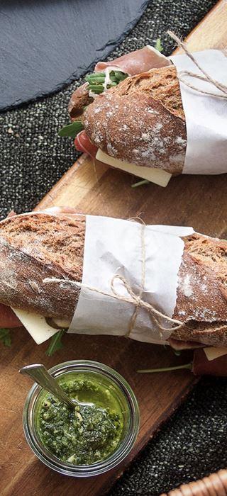 Picknick-Sandwich mit gereiftem Havarti und Parmaschinken