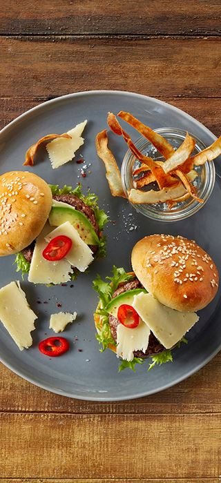 Rindfleisch-Miniburger mit Cheddar und Avocado