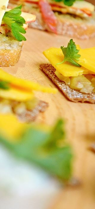 Roggenbrot-chips mit cheddar und ananas