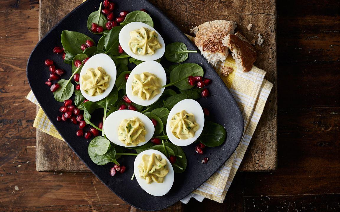 Russische Eier mit Blue & Spinatsalat