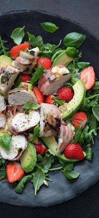 Salat mit gegrillter Hähnchenbrust, Erdbeeren und Cheddar