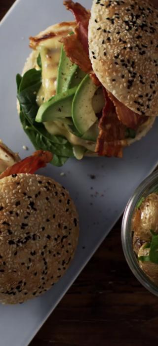 Würziger Hähnchenburger mit gereiftem Cheddar