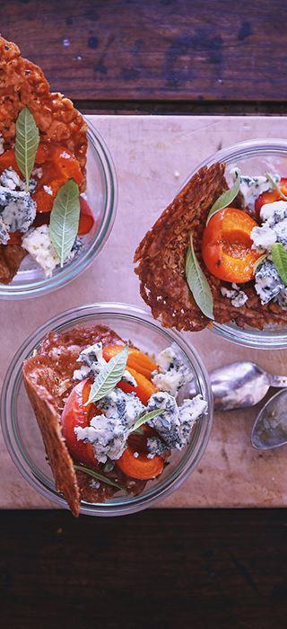 Bagte abrikoser med Danablu og valnøddetuiles