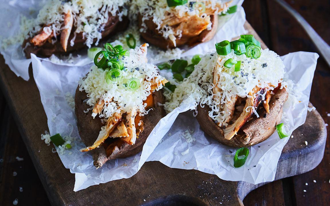Bagte søde kartofler fyldt med kylling og Extra Matured Cheddar