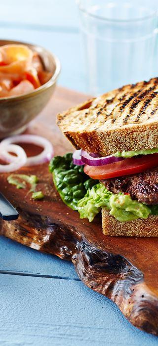 Bøfsandwich med avocadocreme og gulerodssalat