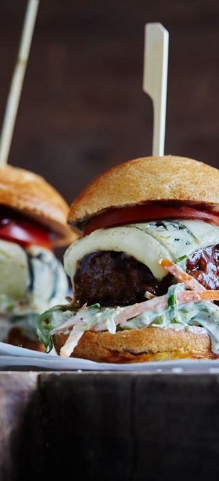 Burger med barbecuesauce og blåskimmelost