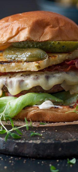 Burger med svinekød, cheddar og bacon