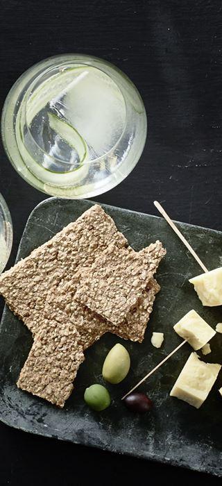 Gin & tonic med Matured Cheddar, kiks og oliven