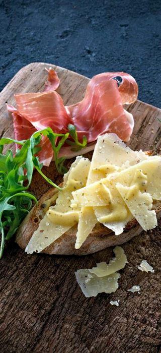 Hvidløgscrostini med ost og vinaigrette