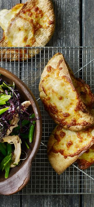 Kyllingesalat og hvidløgsbrød med ost