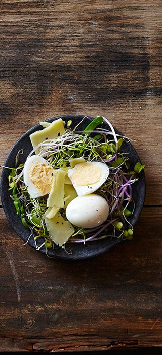 Bird's nests with quail's eggs and cheddar