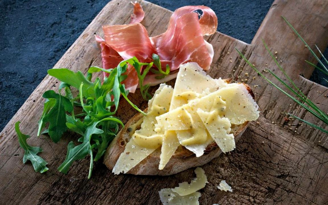 Garlic crostini with cheese and vinaigrette