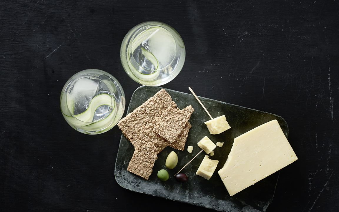 Gin & tonic with Matured Cheddar, crackers & olives