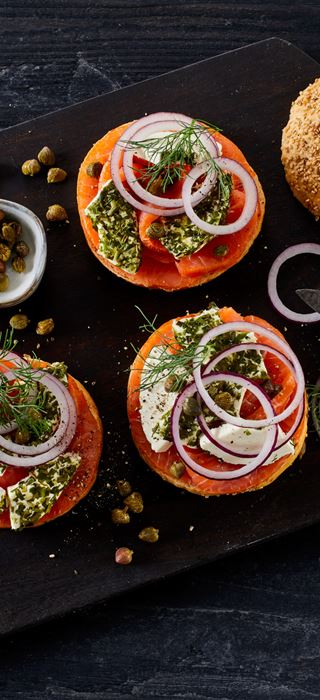 HOMEMADE SMOKED SALMON BAGELS WITH CREAM CHEESE