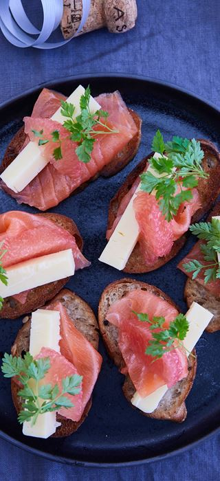 MINI SANDWICHES WITH SALMON AND AGED HAVARTI