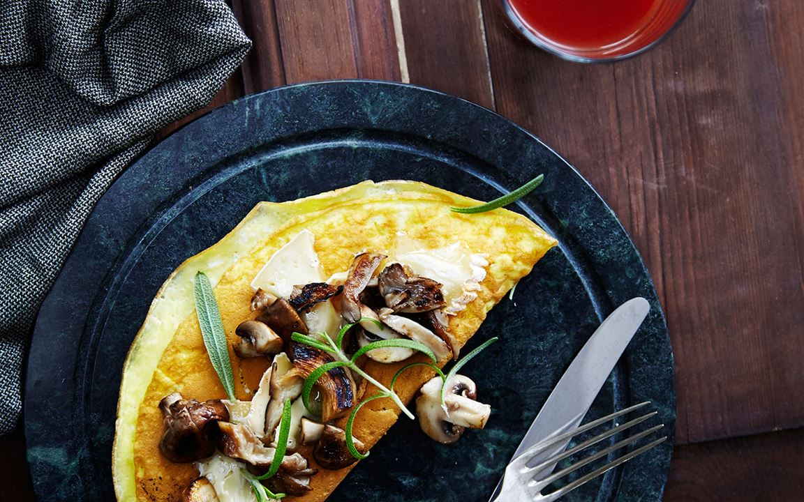 Omlet with mushrooms and thyme