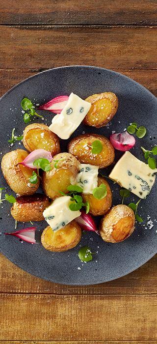 Bakte poteter med blåmuggost og brønnkarse