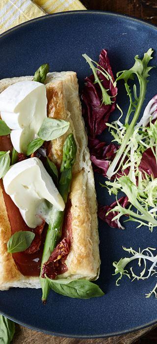 Butterdeigterte med hvitmuggost, asparges og prosciutto
