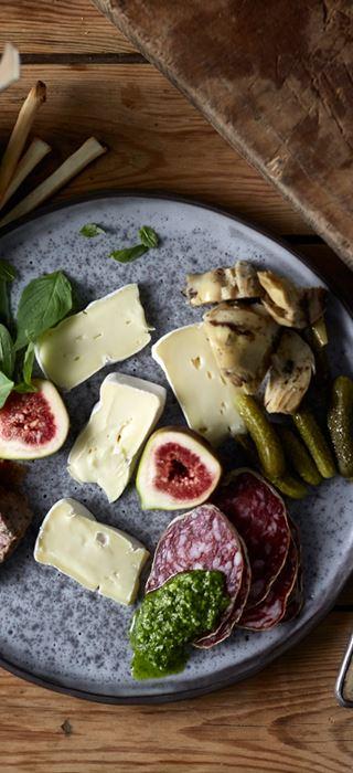 Castello Hvit med salami, fiken, paté, blandet sylteagurk og pesto