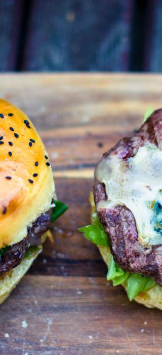 Cheeseburger med blåmuggost, chorizo og sylteagurk