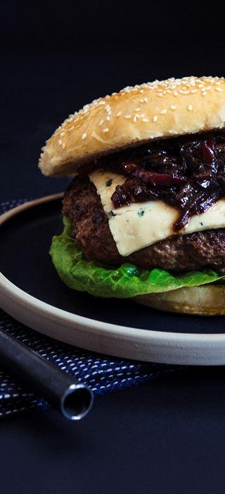 Hjemmelaget burger med blåmuggost og karamellisert løk