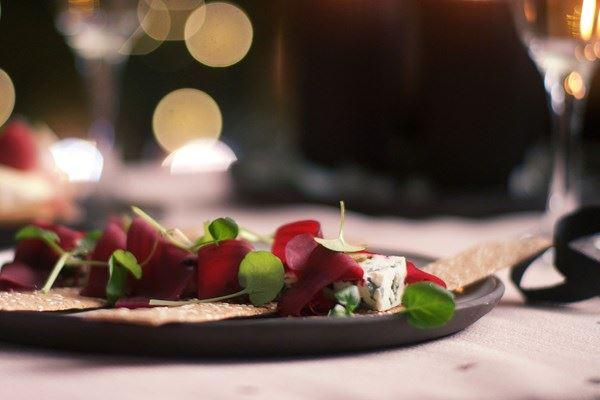 Kanapéer med blåmuggost og rødbeter