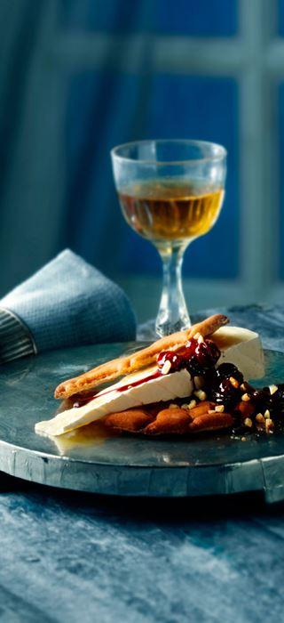 Krydret rødvinssirup med nøtter og rosiner til Brie