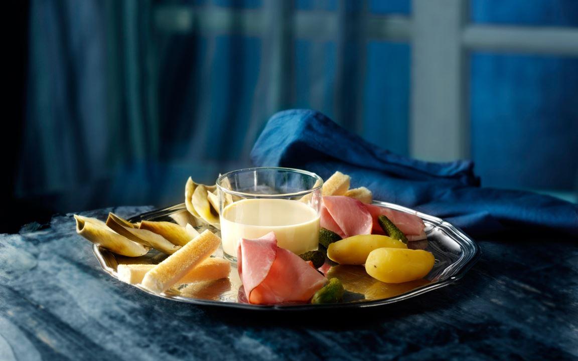Ostefondue med artisjokker, røkt skinke og sylteagurk