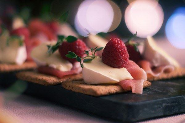 Parmaskinke, bringebær og ost