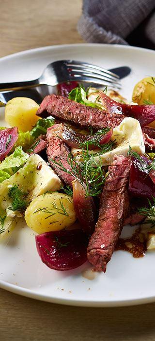 Salat med grillet storfekjøtt og hvitmuggost