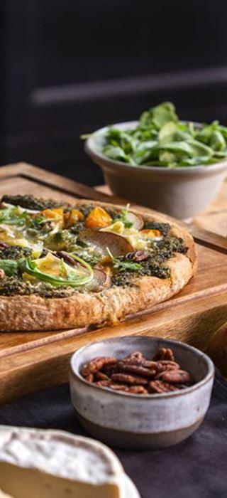 Pizza med pesto og Castello® Hvit