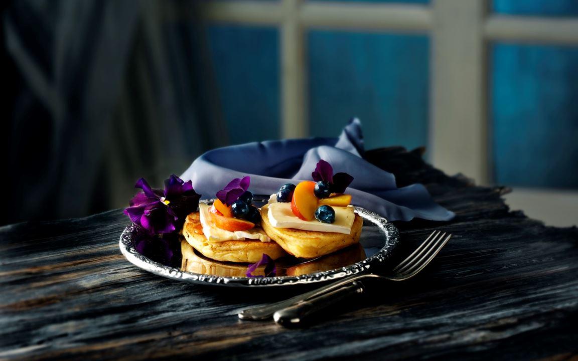 Tykke pannekaker med blåbær og ost