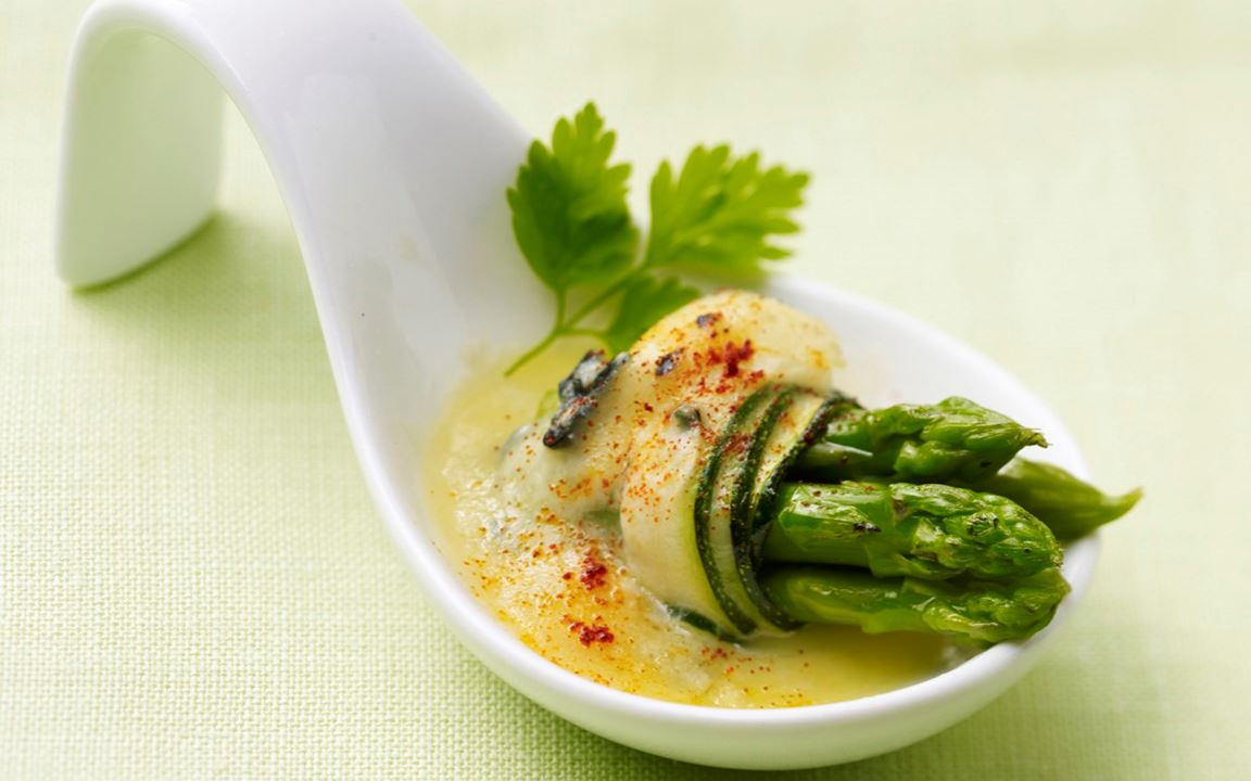 Aspargus spears au gratin with courgette and Creamy Blue
