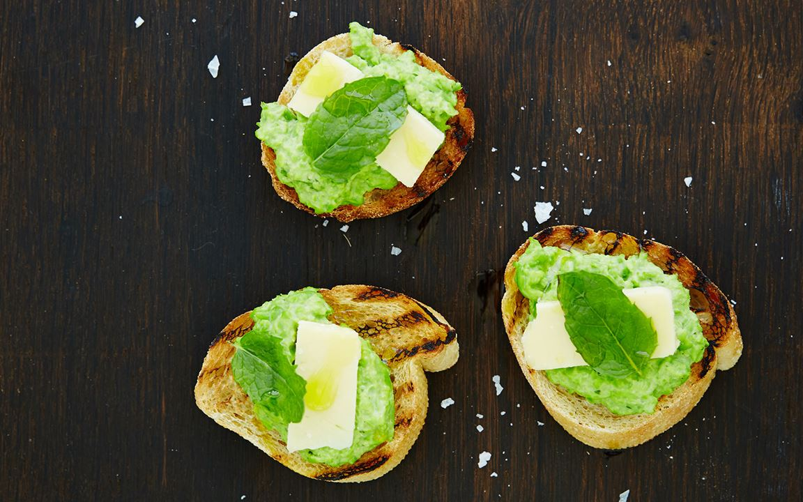 Bruschetta with pea puree, cheddar and mint
