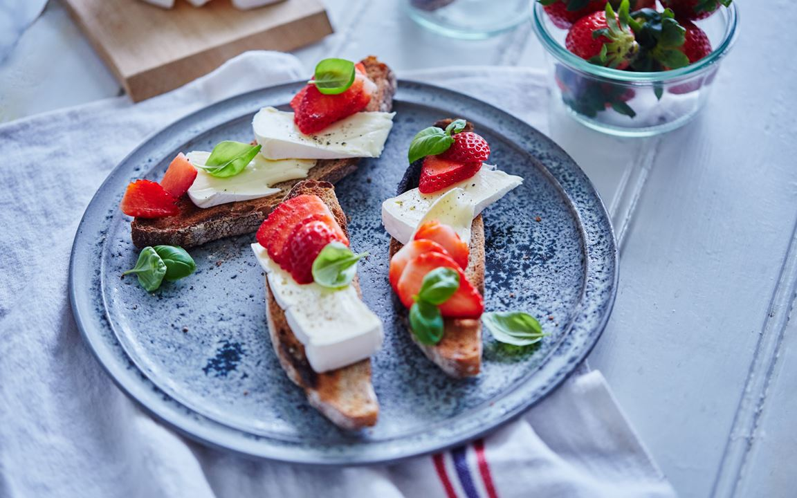 Bruschetta with strawberries and Extra Creamy Brie