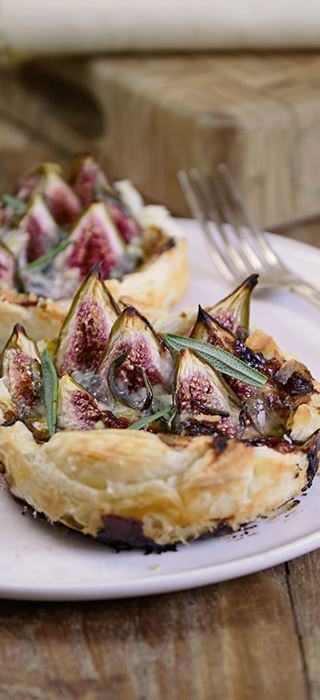 Fig tart with honey and blue cheese