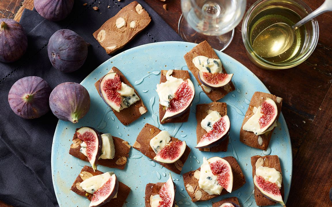 Gingerbread cookies with blue cheese, fresh figs and honey