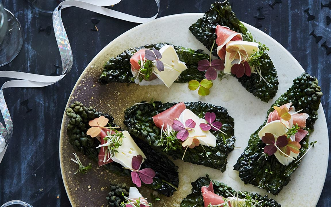 Kale chips with ham, Extra Creamy Brie and cress