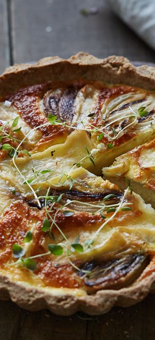 Pie with goat's cheese, thyme and caramelised onions