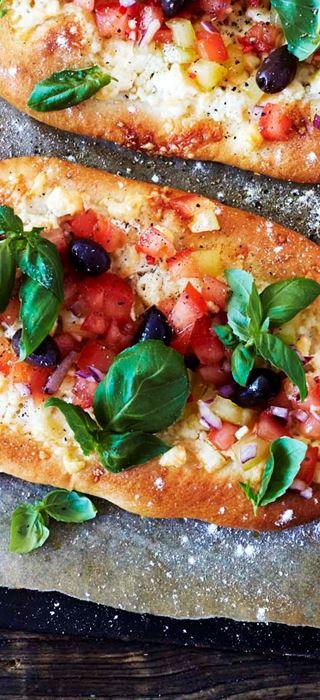 Pizza bianca with fresh tomato