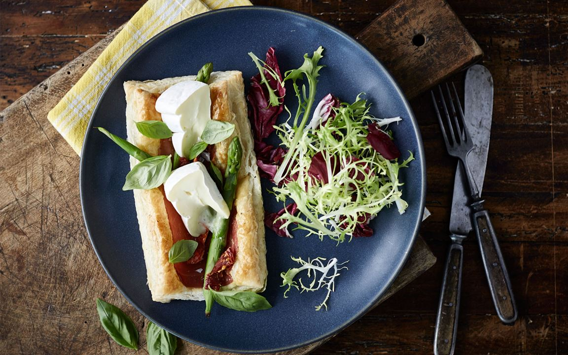 Puff pastry tart with Extra Creamy Brie, asparagus and prosciutto