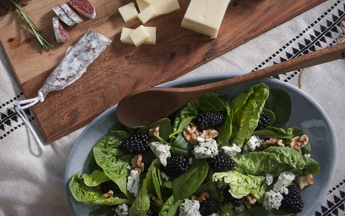 Blue cheese salad with walnuts and blackberries