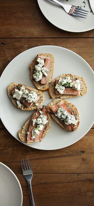 Steak crostini with Castello Traditional Danish Blue
