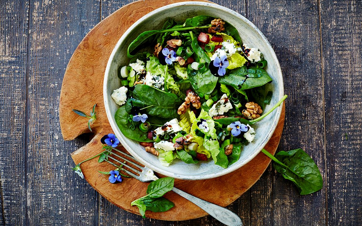 Violet salad with blue cheese and walnuts